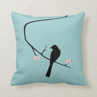 Pájaro y flores almohada