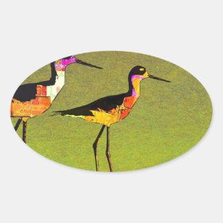 Pájaros altos largos abstractos en fondo verde pegatina ovalada