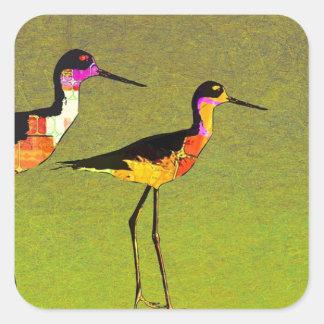 Pájaros altos largos abstractos en fondo verde pegatina cuadrada
