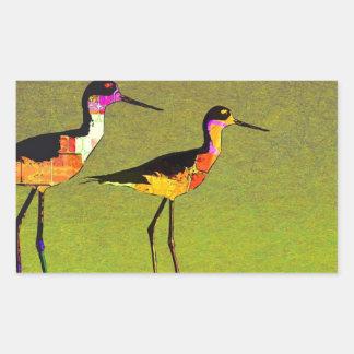 Pájaros altos largos abstractos en fondo verde pegatina rectangular