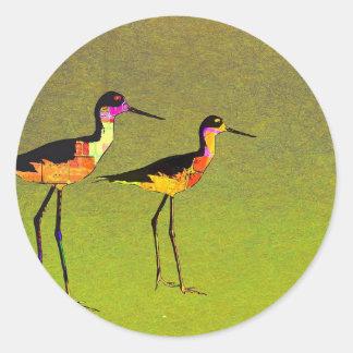 Pájaros altos largos abstractos en fondo verde pegatina redonda