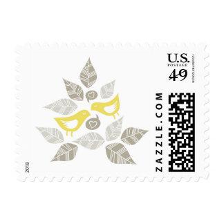 pájaros amarillos en sello romántico del amor
