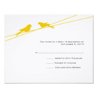 Pájaros amarillos y blancos del amor en un alambre anuncios personalizados
