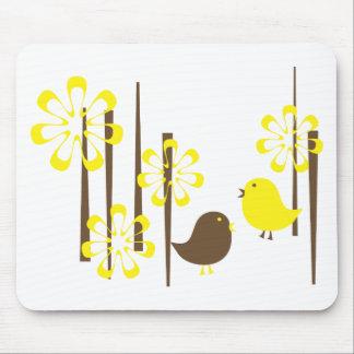 Pájaros amistosos en amarillo tapetes de ratones