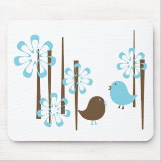 Pájaros amistosos en azul tapete de ratones