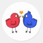 pájaros anaranjados lindos del amor del corazón pegatina redonda