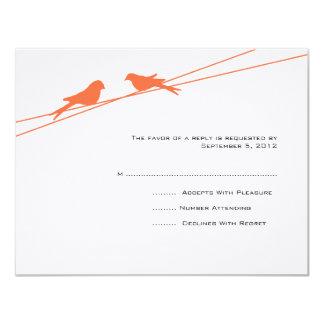"""Pájaros anaranjados y blancos del amor en un invitación 4.25"""" x 5.5"""""""
