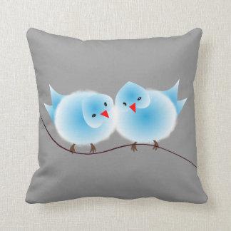 Pájaros azules lindos del amor en rama cojines