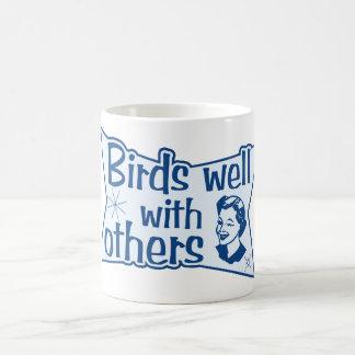 Pájaros bien con otros taza clásica