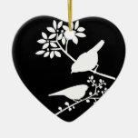 Pájaros blancos y negros ornato