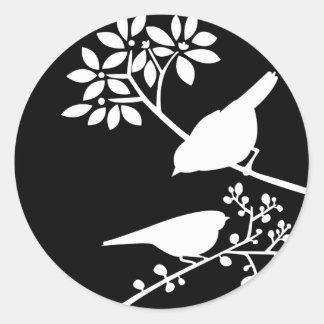 Pájaros blancos y negros pegatina redonda