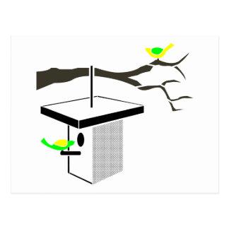 Pájaros cantantes en rama de árbol y Birdhouse Tarjeta Postal