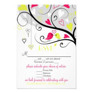 Pájaros caprichosos coloridos del amor que casan l invitación personalizada