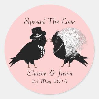Pájaros caprichosos lindos del amor de novia y del pegatina redonda