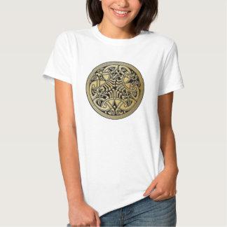 Pájaros célticos y negro - la camiseta del oro del playera