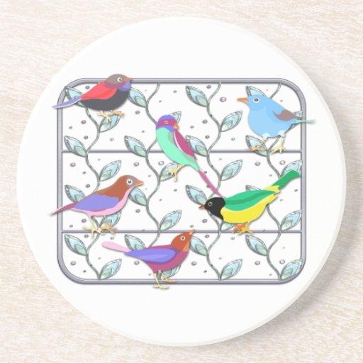 Pájaros coloreados brillantes en un enrejado posavasos diseño