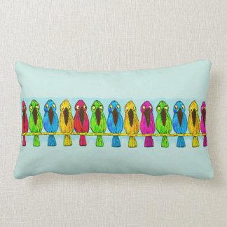 Pájaros coloridos divertidos lindos junto de lado  almohada