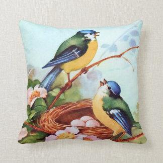 Pájaros coloridos en primavera cojín decorativo