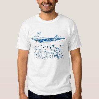 Pájaros contra la camiseta plana playera