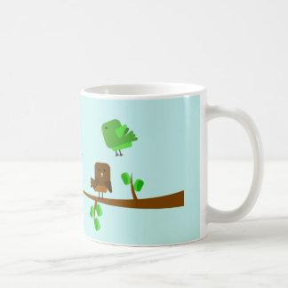 Pájaros cuadrados en la taza de las ramas