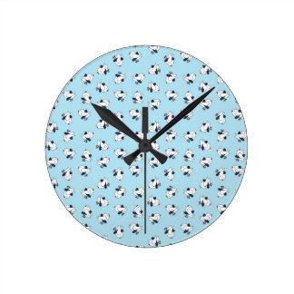 Pájaros de bebé del kitsch en faldas escocesas reloj redondo mediano