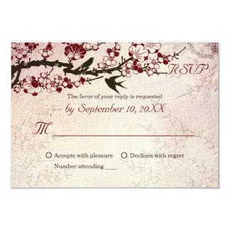 Pájaros de la flor de cerezo y del amor que casan invitación 8,9 x 12,7 cm