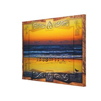 Pájaros de la playa que empapan en luz anaranjada impresiones en lona