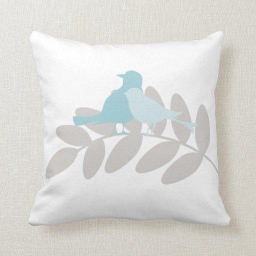 Pájaros de los azules cielos y del gris almohadas