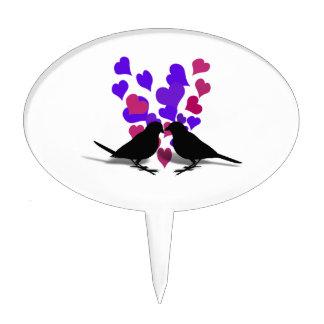 Pájaros del amor con los corazones púrpuras y decoración de tarta