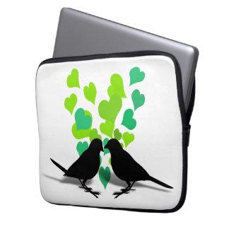 Pájaros del amor con los corazones verdes fundas computadoras