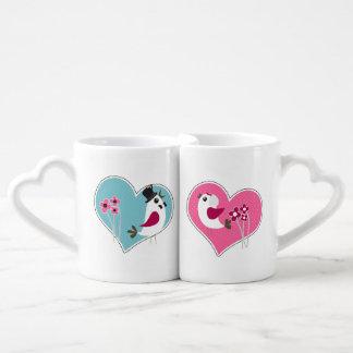 Pájaros del amor del boda en las tazas de los tazas amorosas