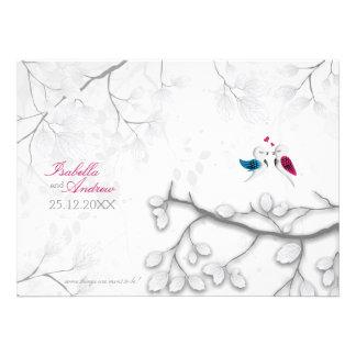 Pájaros del amor en la invitación blanca mágica de