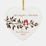 Pájaros del amor nuestro primer ornamento del adorno navideño de cerámica en forma de corazón