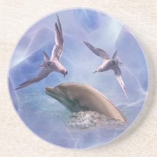 Pájaros del delfín y del salto posavaso para bebida
