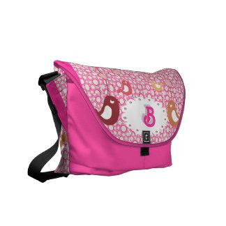 pájaros del gorjeo en rosa con el bolso inicial bolsas de mensajeria