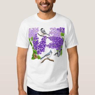 Pájaros del jardín del patio trasero en camisa de