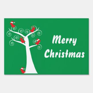 Pájaros del navidad en un árbol