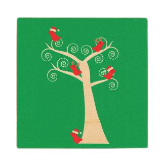 Pájaros del navidad en un árbol posavasos de madera