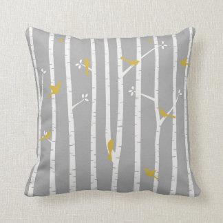 Pájaros en amarillo del blanco gris de los árboles almohada