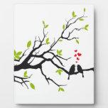 Pájaros en amor con los corazones rojos en árbol d placas para mostrar