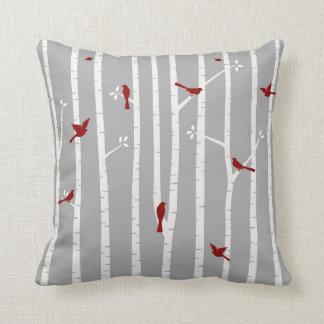Pájaros en gris blanco rojo de los árboles de cojin