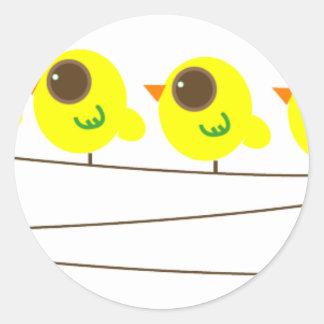 Pájaros en los alambres pegatina redonda