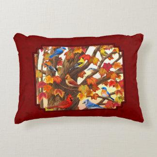 Pájaros en rojo del árbol de arce del otoño cojín