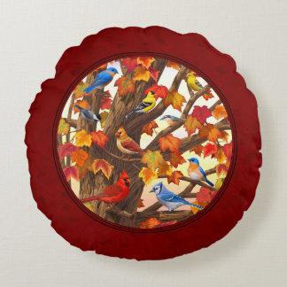 Pájaros en rojo del árbol de arce del otoño cojín redondo