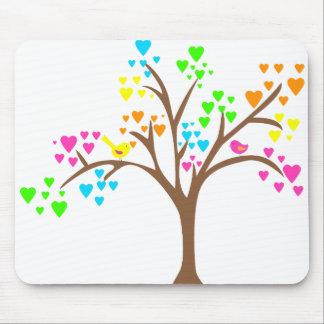Pájaros en un árbol del corazón alfombrillas de ratones
