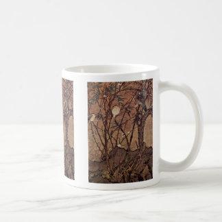 Pájaros en un matorral del árbol del bambú y de ci taza básica blanca