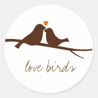 Pájaros en un pegatina de la rama