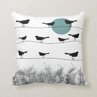 Pájaros en una almohada del alambre
