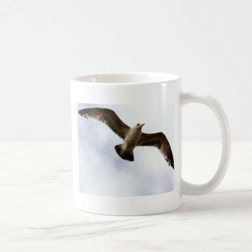 Pájaros en vuelo taza básica blanca