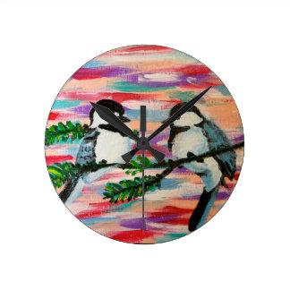Pájaros encaramados reloj redondo mediano